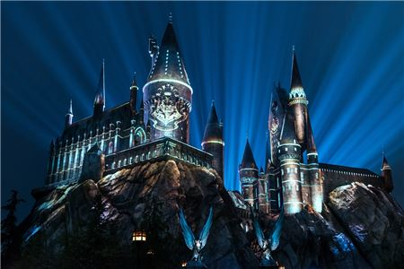 Universal Orlando Brings Light Show to Hogwarts Year-Round